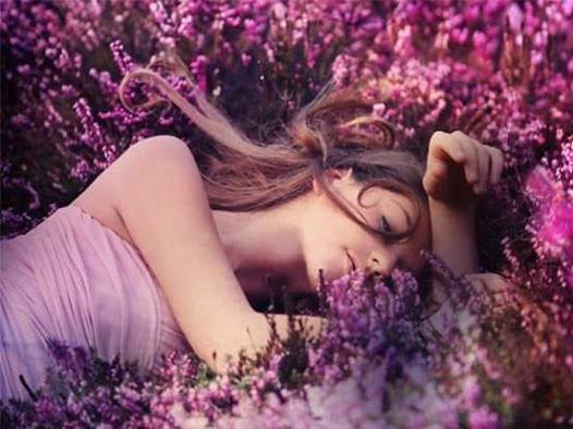 На изображении может находиться: 1 человек, цветок, растение, на улице и природа