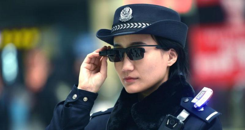 Китайские полицейские поймали больше 30 преступников с помощью «умных» очков