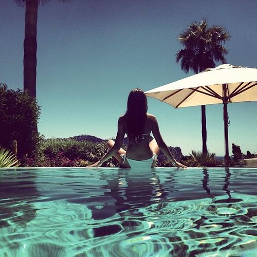 Девушка в бассейне спиной на аву