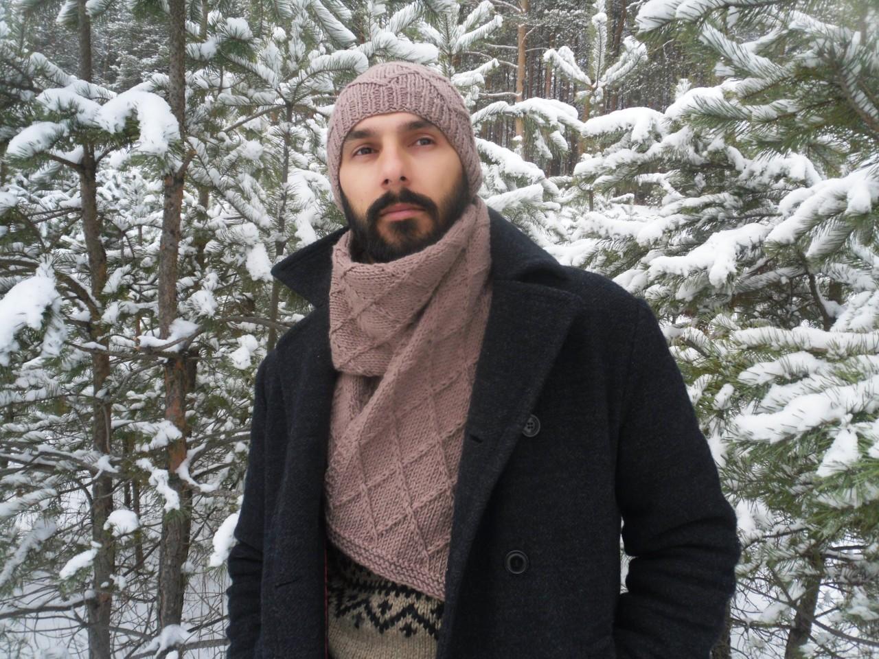 Шапка и шарф с узором из ромбов