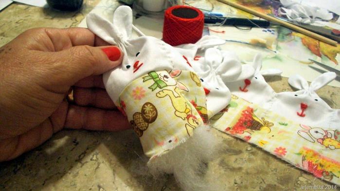 Текстильная корзинка из пасхальных зайцев. Мастер-класс (25) (700x393, 331Kb)