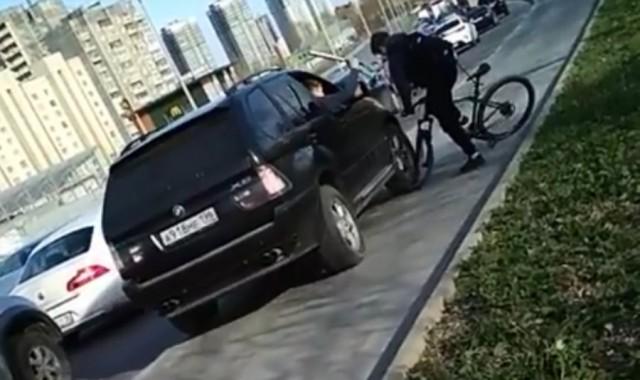 В Екатеринбурге парни на BMW, объезжая пробку по тротуару, избили битой велосипедиста и помяли ему колесо
