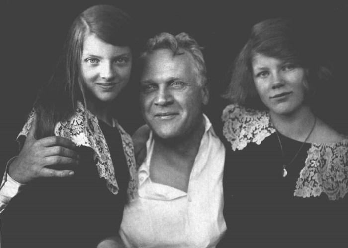 Федор Шаляпин с дочерьми Мариной и Марфой.