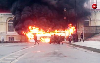 В центре Петербурга сгорел туристический автобус