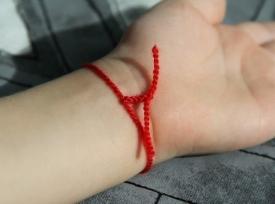 Красная нить на запястье - оберег от напастей