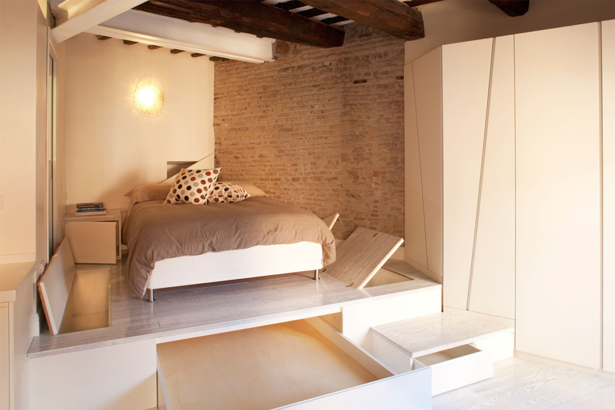 Кровать подиум в дизайне студии 874
