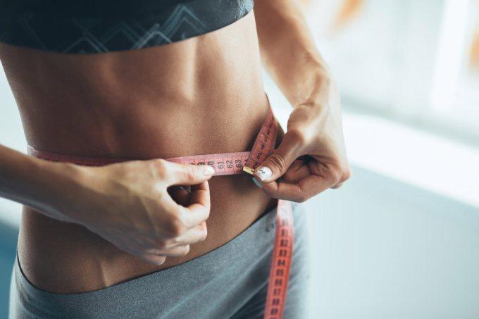 Как вернуть плоский живот после праздников: правила + одно эффективное упражнение