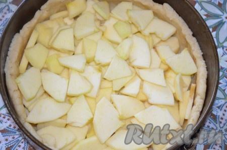 Яблоки очистите, нарежьте дольками. Выложите на тесто.