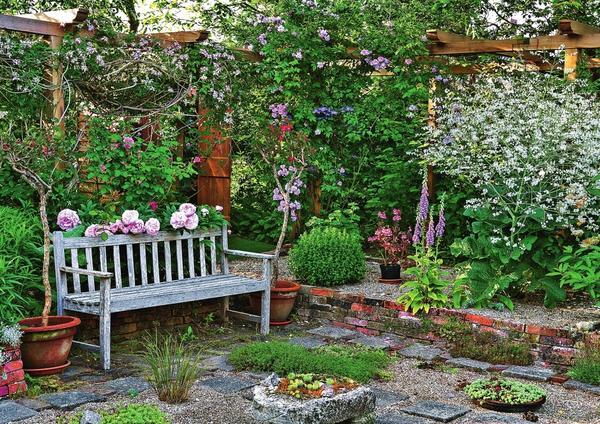 Утопленный сад расположен ниже прилегающей территории участка и отгорожен подпорной стенкой из камня