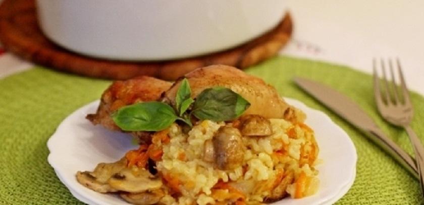 Гуляш из курицы и шампиньонов в томатной подливе: сытно и аппетитно!