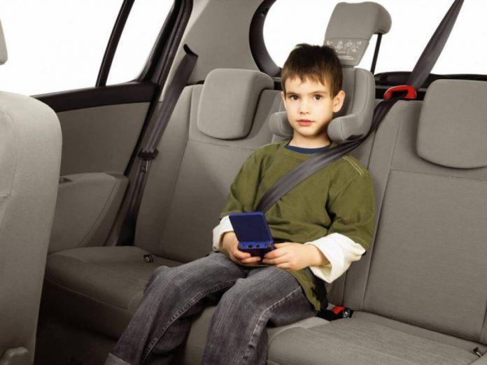 Механик увидел маленького ребенка, пристегнутого в раскаленной машине. Он был ошеломлен, когда мать сказала это!