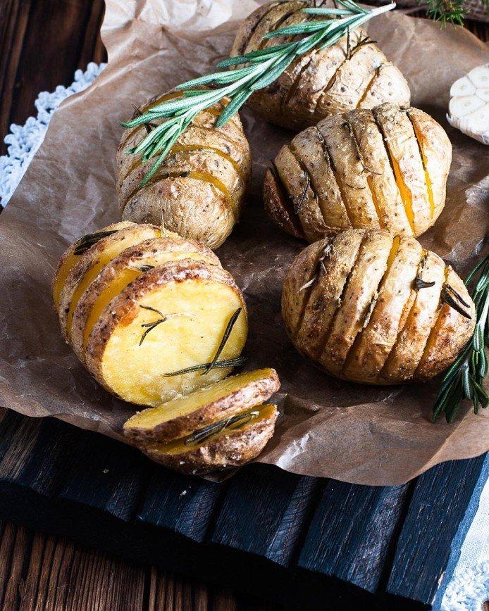 Как быстро и вкусно запечь картофель к новогоднему столу