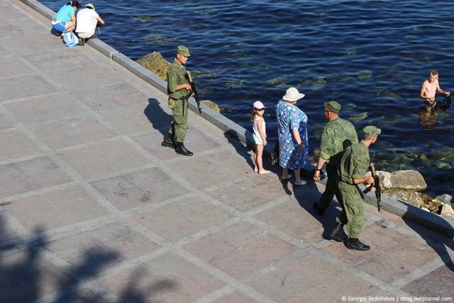 """В центре Севастополя опять """"Зеленые человечки"""""""