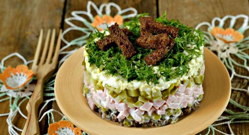 Салат с консервированным горошком и сухариками: вкусно, просто, быстро