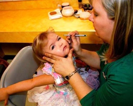 Побои, издевательства и кастрация — на что идут родители, чтобы заработать денег на детях