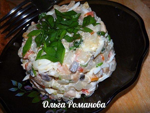 Вкусный и недорогой салат «Боярский» с селёдкой и маринованными грибами