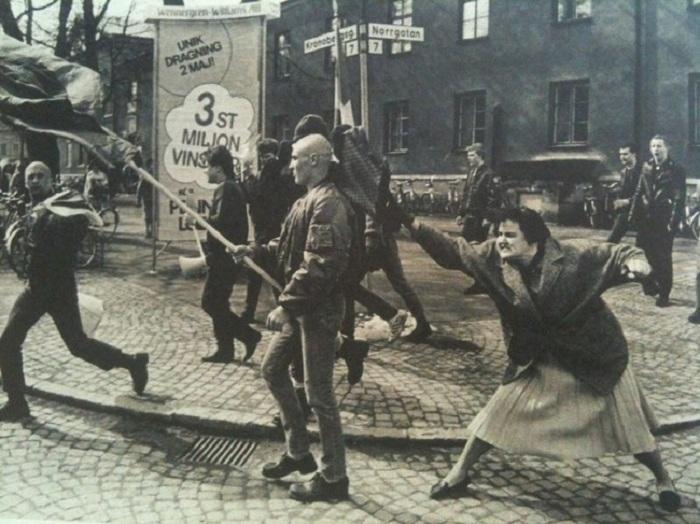 Шведка, пережившая концлагерь, бьёт неонациста сумкой.