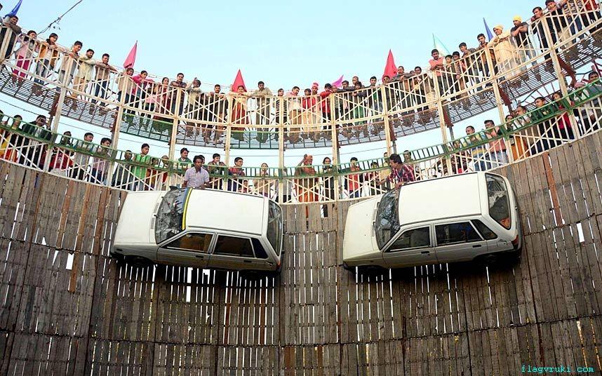 На фото: верующие наблюдают за исполнением захватывающих трюков на «Стене смерти».