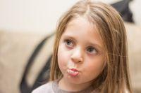 Малыши копируют поведение родителей, в том числе привычку кусать губы.