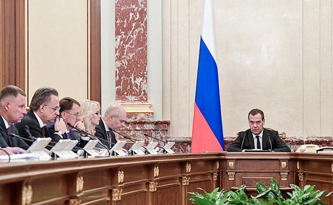 Россия на голодном пайке, пока Кремль скупает валюту