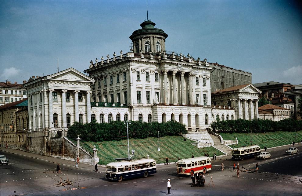 Дом Пашкова. Еще было двустороннее движение и ходили троллейбусы.