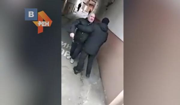 Протестуюущего пенсионера оттеснили в подворотню