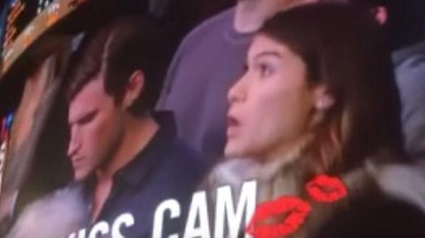 Эта девушка хотела поцеловать своего бойфренда, но он не захотел ее и тогда она сделала это! Отлично!