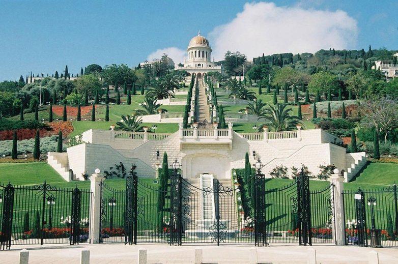 Бахайский храм — центр цветочного рая
