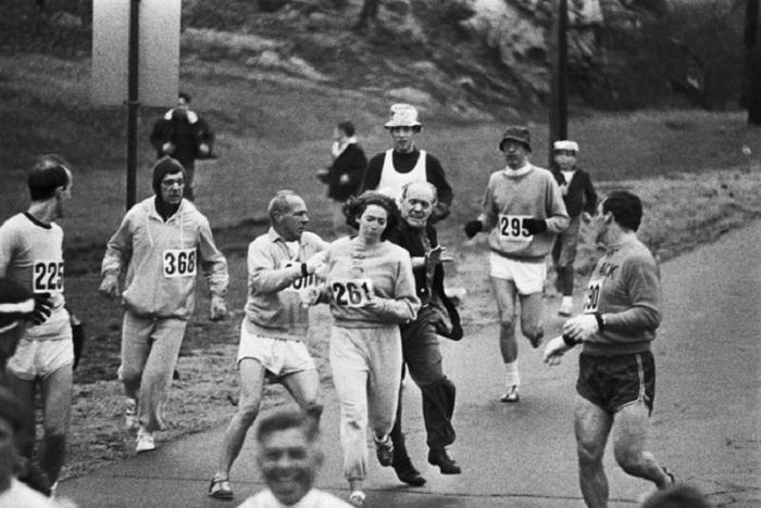 Кэтрин Швитцер (Kathrine Switzer) стала первой женщиной, пробежавшей Бостонский марафон, несмотря на попытки организатора остановить ее.