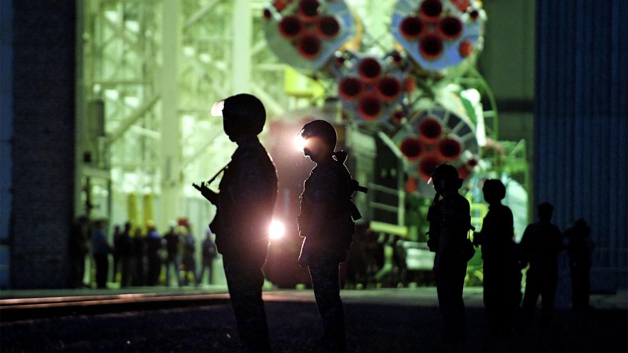 """""""Космический"""" оклад. Какой спутник построят инженеры, получающие 11 тыс. рублей?"""