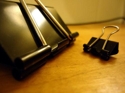 Подставка под смартфон из зажимов для бумаги