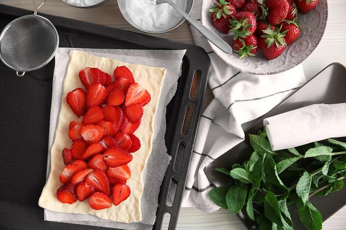 пирог с клубникой и творогом из слоеного теста