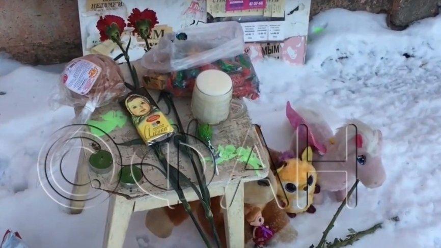 Жители Кирова несут цветы к дому, где нашли тело брошенной матерью трехлетней девочки