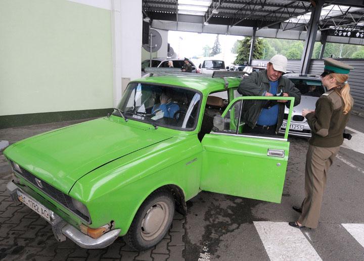 Польша ограничивает въезд, украинцы штурмуют границу