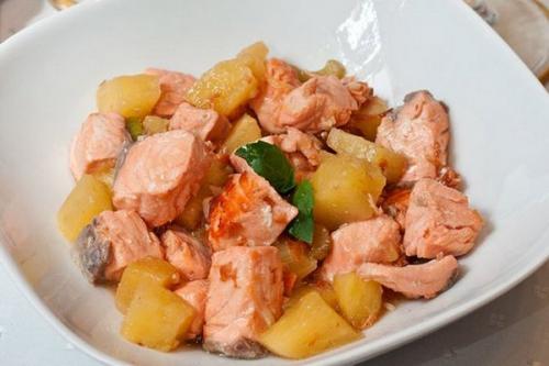 Жареный лосось с ананасом и сельдереем.