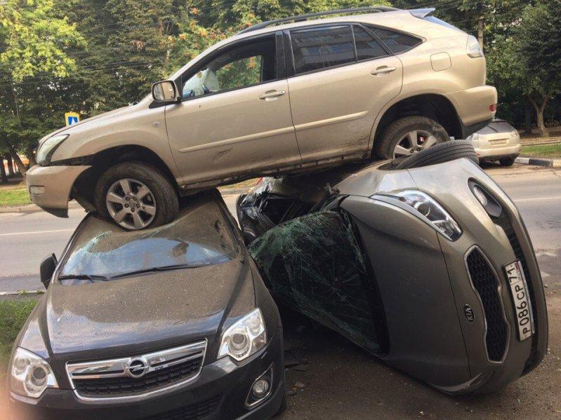 В Туле Лексус приземлился на два припаркованных автомобиля