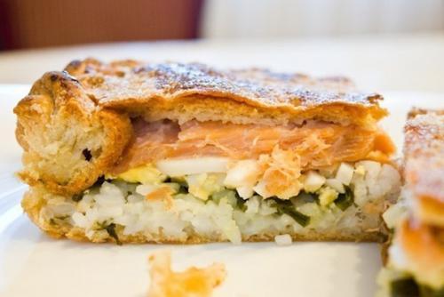 Диетический пирог с рыбой и яйцом.