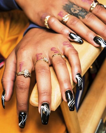 Вычурный дизайн нарощенных ногтей может снова стать актуальным