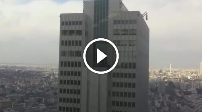 Небоскреб во время землетрясения...