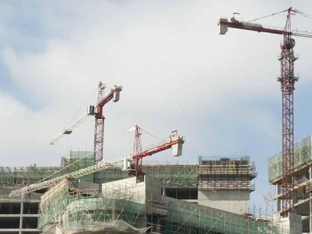 Появилось видео падения башенного крана на жилой дом в Кирове