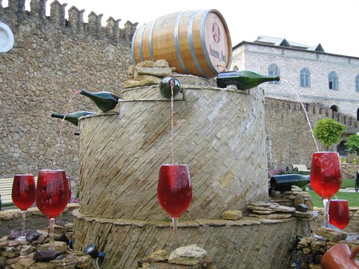 Удивительные фонтаны с необычным содержимым