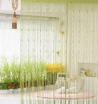 Шторы нити в интерьере: легкий разноцветный дождь.