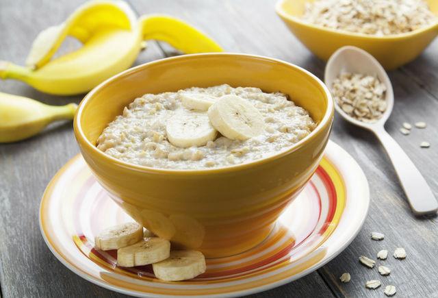 Овес содержит клетчатку и бета-глюкан, которые нормализуют уровень холестерина в крови