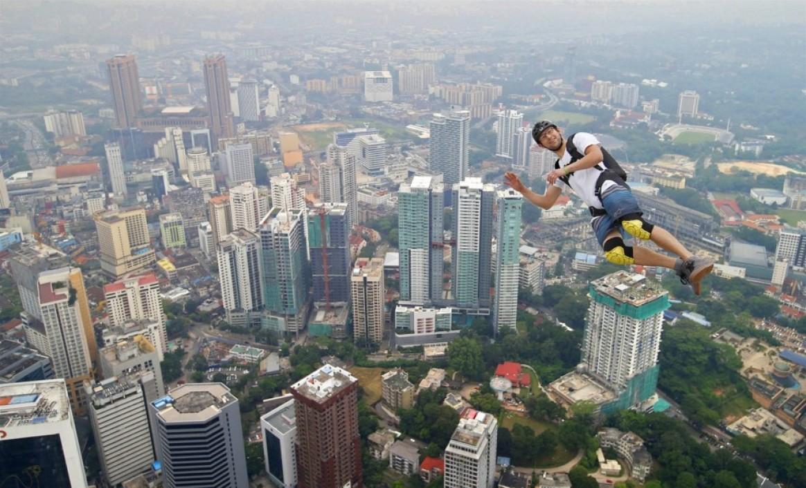 Прыжок с башни Kuala Lumpur Tower