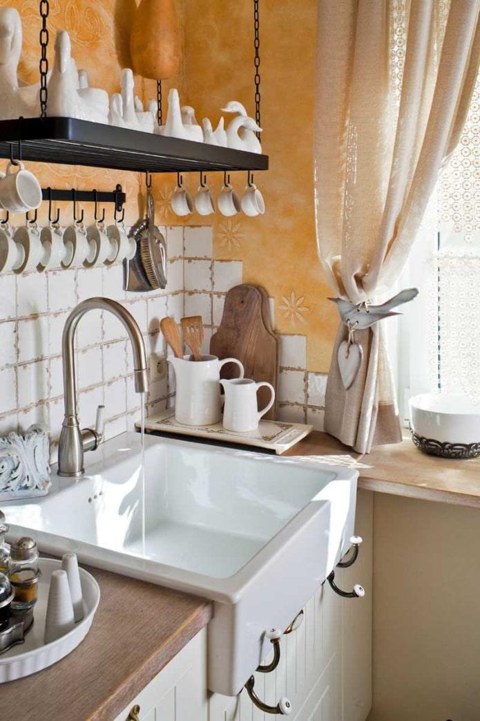 белая раковина на кухне