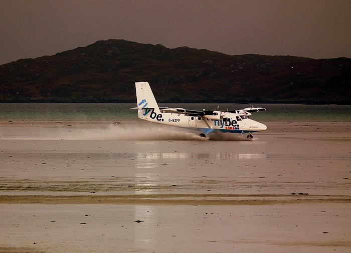 Посадка на пляже в аэропорте Барра в Шотландии