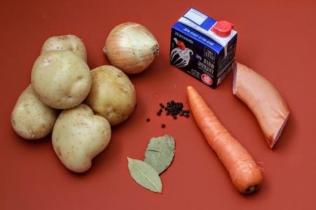 Kartoffelsuppe (немецкий картофельный суп с жареными колбасками): фото шаг 1