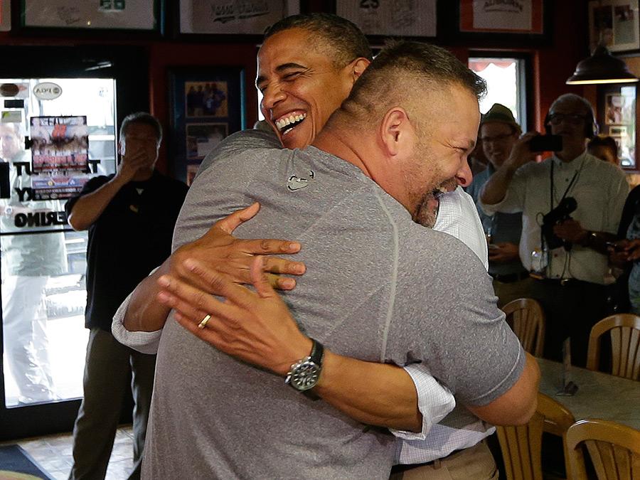 Все как у нас. Интернет-тролли устроили атаку на владельца пиццерии, обнявшего Обаму