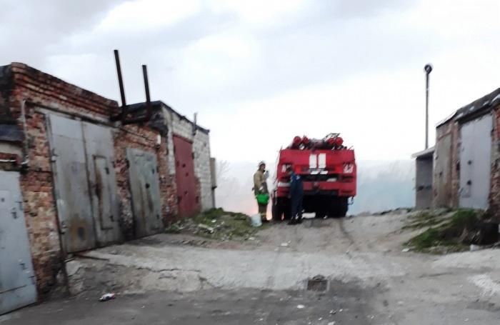 В Омске пожарный потушил траву с помощью лейки