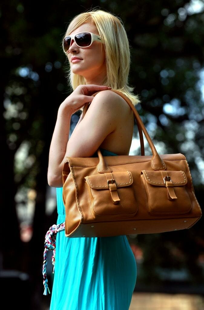 Женщина носит сумку на одном плече. /Фото: fashion-likes.ru
